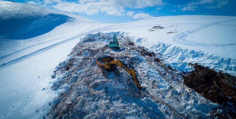 Gravemaskiner på vei opp på Øyfjellet